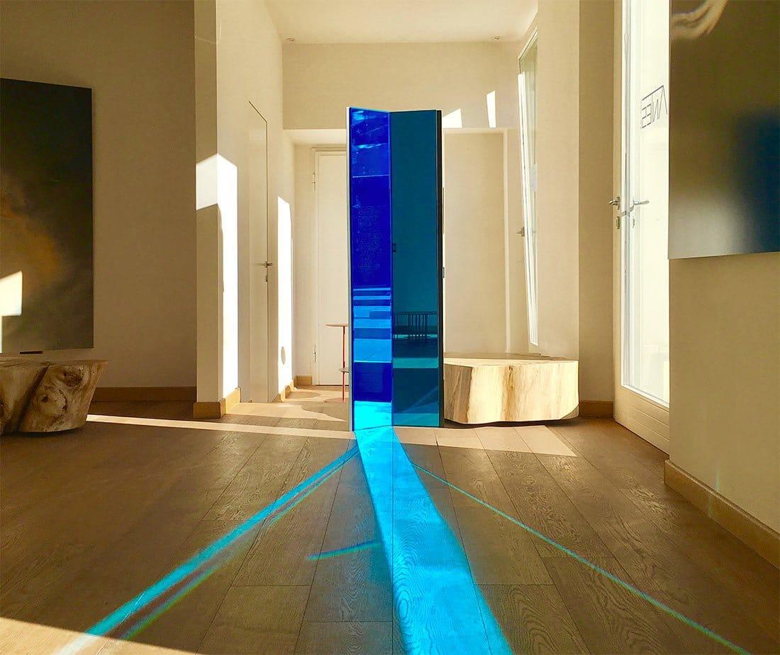 Specchio con riflesso luce blu su parquet di Antes Design