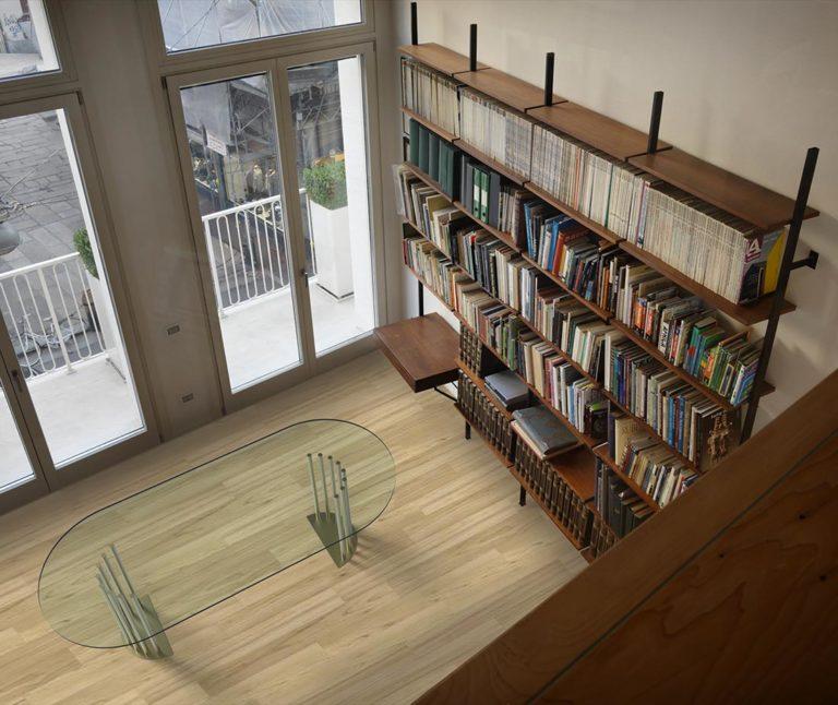 Ela Tavolo in cristallo mobili di lusso Antes Design in ambiente con libreria studio e parquet