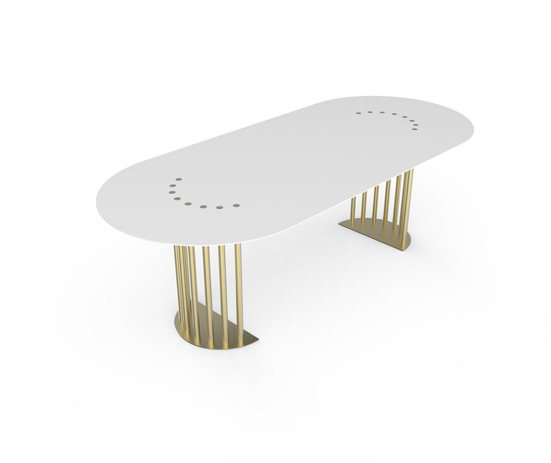 Tavolo bianco in prospettiva con anche color ottone